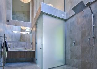 (deutsch) Das hohe Badezimmer ist komplett mit Fliesen in angenehmen Farbtönen ausgestattet. Hauskauf NZ.