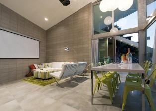 Sinnvolle moderne Technik ist beispielsweise die im Wohnzimmer integrierte Projektionsfläche und Soundanlage für den Filmgenuss.