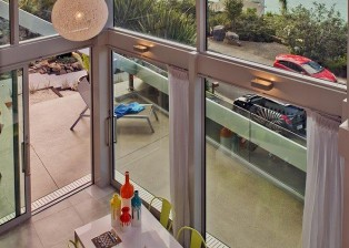 (deutsch) Hohe Decken und Panoramaverglasung bieten ungehinderten Blick aufs Meer. NZ Hauskauf.