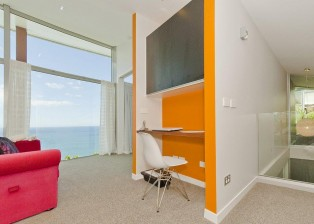 (deutsch) Im Penthouse steht ein kleines, freundlich eingerichtetes Büro zur Verfügung. Internet im ganzen Haus. Neuseeland Immobilie kaufen.