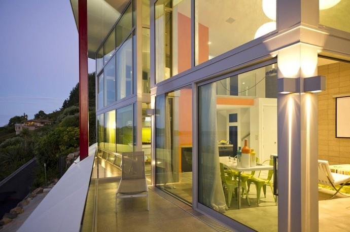 (deutsch) Ein tolles Beleuchtungskonzept macht das Haus am Meer auch abends zu einem Blickfang. Haus kaufen.