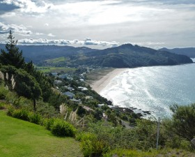[:ru]Вид с Паку Хилл ( Paku Hill) на пляж Таируа (Tairua). Фото: Дитмар Герстер[:en]View from Paku Hill on Tairua Beach. Photo: Copyright Dietmar Gerster[:de]Blick von Paku Hill auf den Strand von Tairua. Foto: Copyright Dietmar Gerster