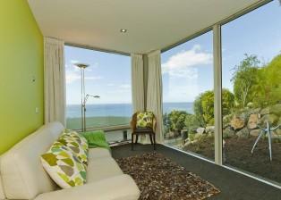 (deutsch) Das Neuseeland-Haus bietet ein drittes Schlafzimmer für Gäste oder als Aufenthaltsraum mit Ausblick.